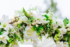 Allestimento floreale per matrimonio con arco e fiori bianchi